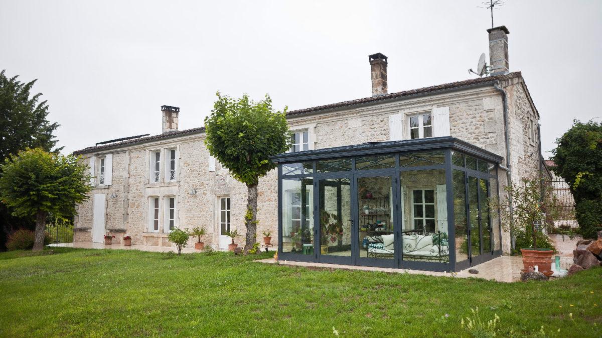 Véranda traditionnelle sur maison ancienne